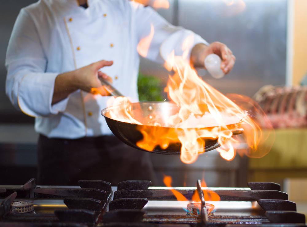 chef flambando