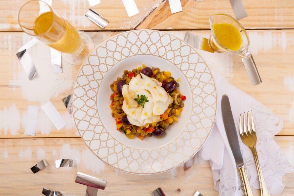 Bacalhau com salada de lentilhas ao vinagrete de mel e laranja
