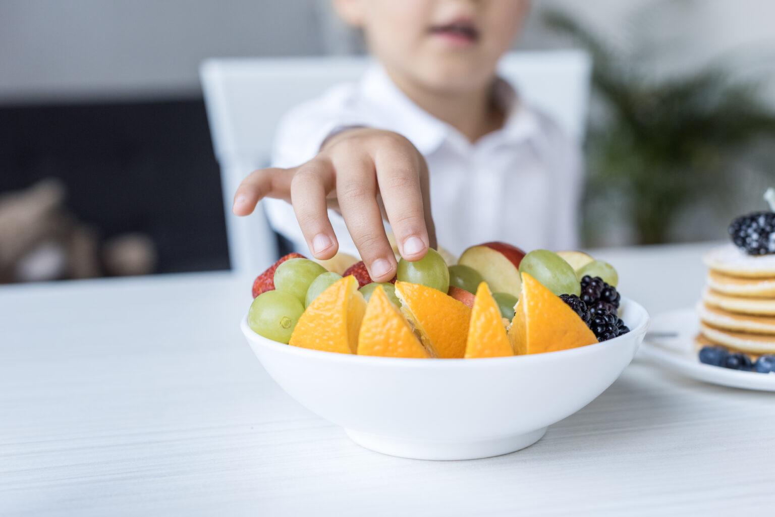 Dicas para seu filho comer mais frutas, legumes e verduras