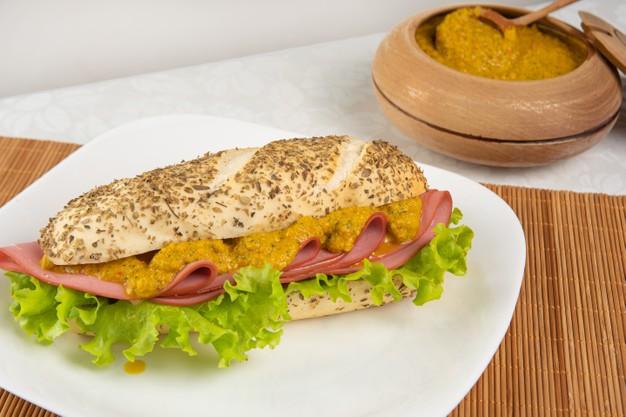 Sanduíche de Mortadela com Mostarda