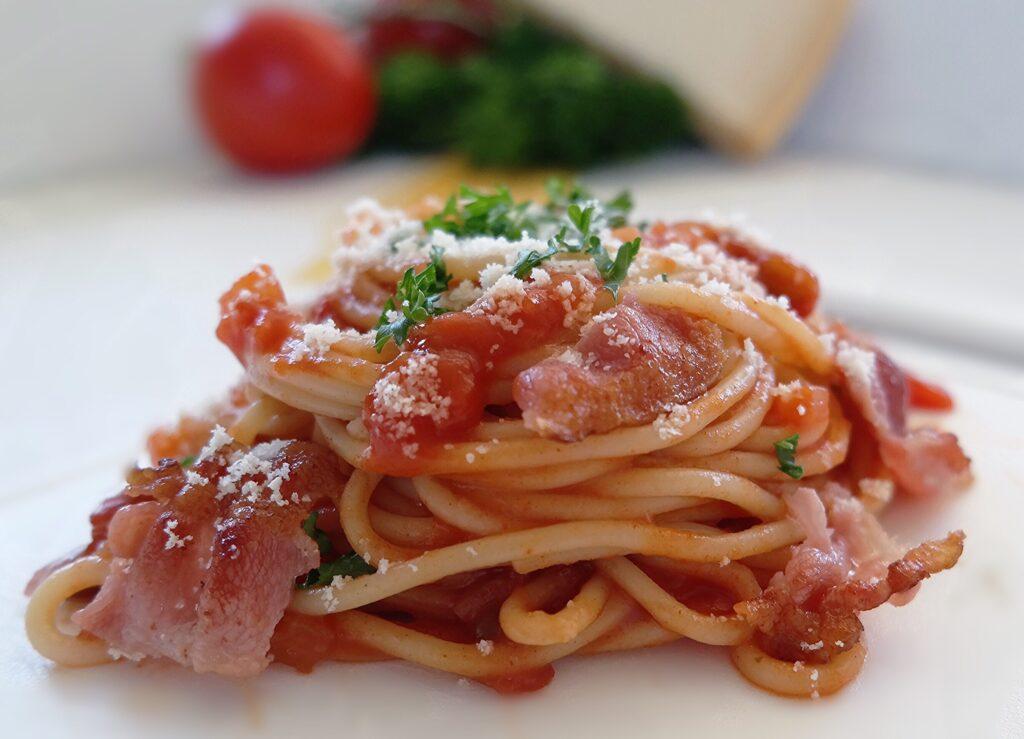 Macarrão com Molho de Tomate e Bacon